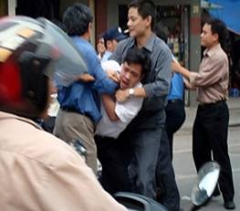 http://www.rfa.org/vietnamese/vietnam/chinh-tri/Vietnam_Govt_punishes_voices_against_china-05012008092436.html/NguyenTienNam_Hanoi_Police_310.jpg